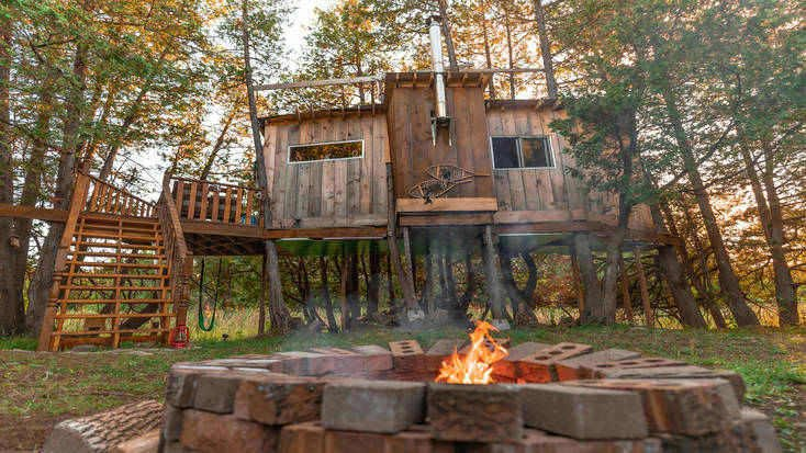 Tree house rental with fire pit in Ontario
