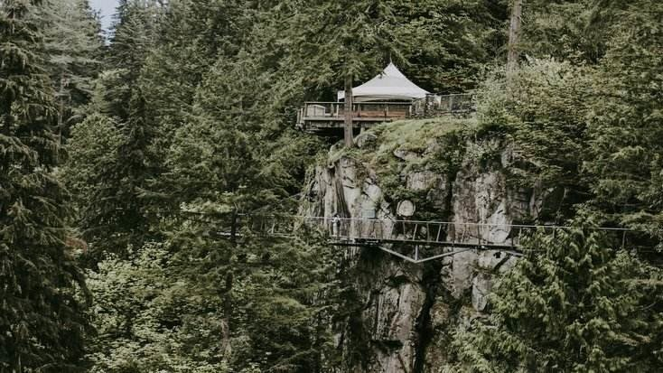 image of a tree house rental and one of many perfect gifts for boyfriends parents 2020 glamping