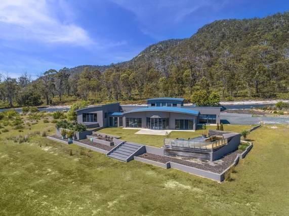 Luxurious villa near the Tasmania coast and the Freycinet National Park.
