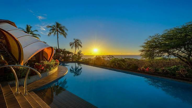 Book a villa with view for the ultimate tropical Christmas in Hawaii.