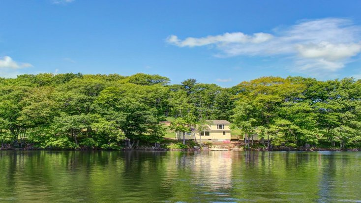 Lakefront cottage in Maine for a romantic weekend getaway for couples.