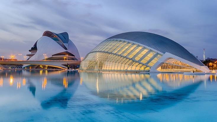 Visit the Ciudad de las Artes y las Ciencias when yo plan your holidays in the Mediterranean.