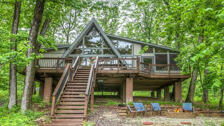 Spend National Pizza Day in a lakefront cabin rental in Missouri